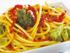 bucatini con broccoli,bucatini,broccoli,broccoletti,prosciutto crudo,zafferano,pasta,primi piatti,