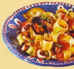 Pasta con cozze vongole e calamari,cozze,calamari,pasta con pesce,pomodori,