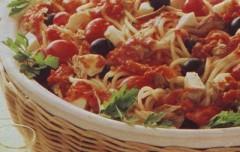 spaghetti alla caprese,spaghetti,spaghetti al pomodoro,tonno,olive nere,ricette di cucina,ricette,